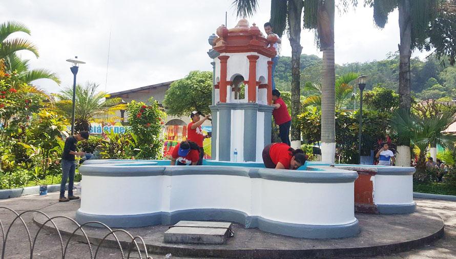 Jóvenes pintan la fuente de la Plaza de la Marimba, Esquipulas