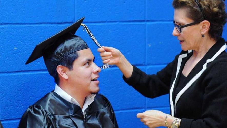Juan López se gradúa y recibe premio como alumno sobresaliente en Estados Unidos