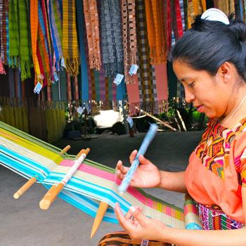 Mujeres mayas tejiendo Guatemala