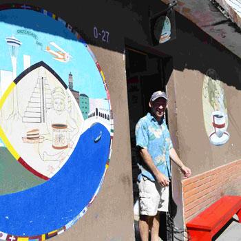 Probar el café con Mike en el Café Crossroads, Panajachel