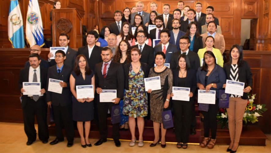 44 guatemaltecos reciben becas en universidades de Europa y América