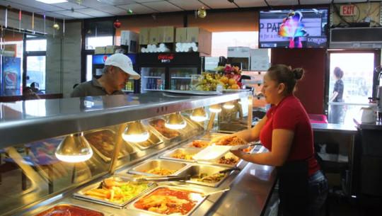 Comida guatemalteca forman parte del menú de un restaurante en Los Ángeles