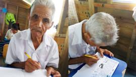 Don Emilio de 80 años recibe clases para aprender a leer y escribir