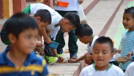 Estudiantes reparten comida para perros sin hogar en Baja Verapaz