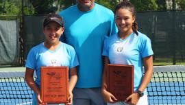 Deborah y Emilia fueron las encargadas de darle el título de campeona a Guatemala. (Foto: Cotecc)