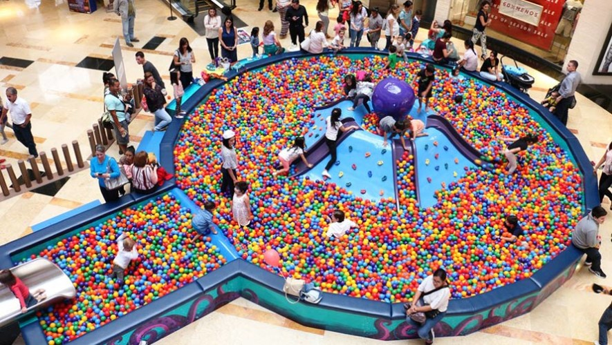 Piscina gigante de pelotas que tiene forma de pulpo en la for Pulpo para piscina