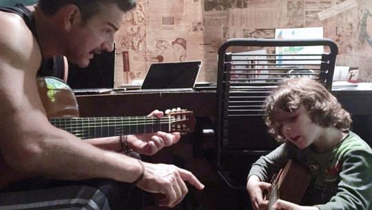 Ricardo Arjona y su hijo Nicolás cantan Nada es como Tú