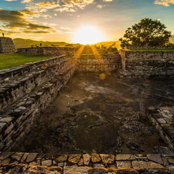 el patio del juego de pelota maya en Mixco Viejo, Chimaltenango, esta fue publicada en National Geographic en Español.