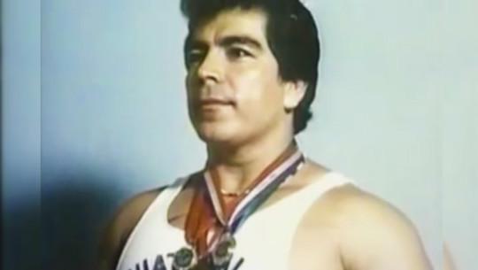 Rolando de León ha sido cuatro veces campeón mundial de pesas y 2 veces medallista paralímpico. (Captura de Pantalla de Youtube)