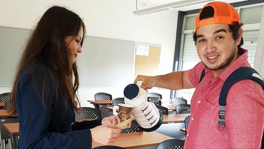 Byron Álvarez, joven que decidió vender café y champurradas en la universidad