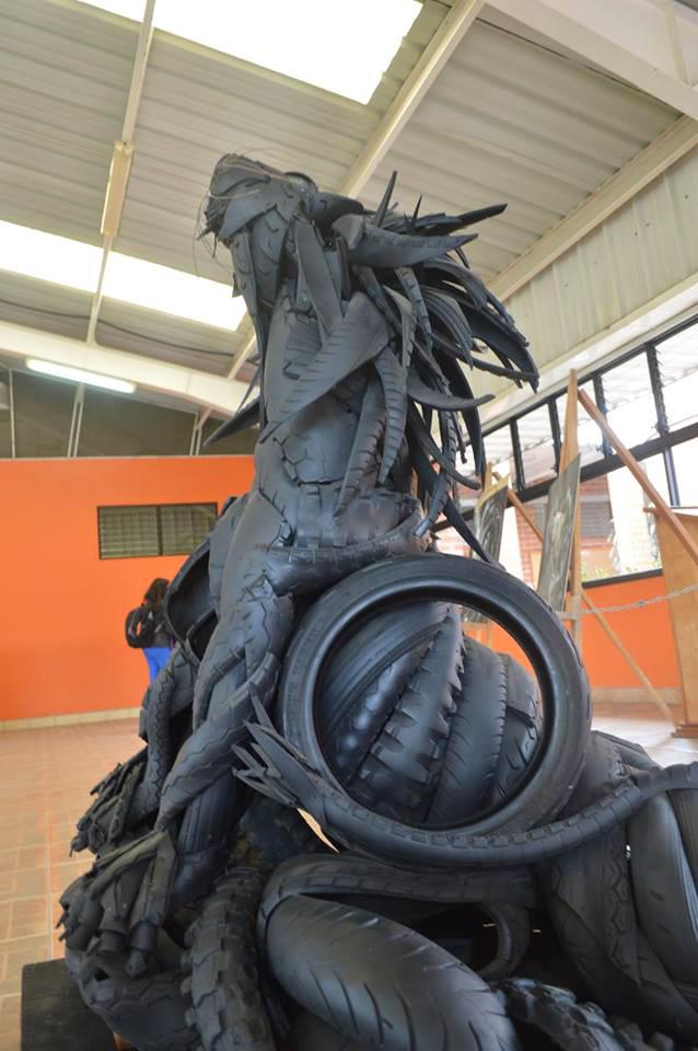 Javier Quijada crea esculturas ecológicas con llantas recicladas