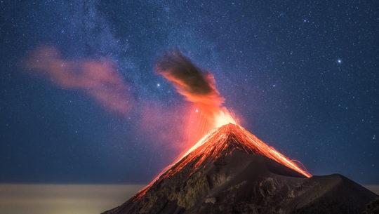 Erupción del Volcán de Fuego fue captada junto a la vía láctea