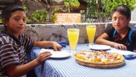 Restaurante de Panajachel regala comida a niños lustradores