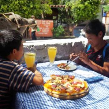 Restaurante regala comida a niños lustradores en Panajachel, Sololá