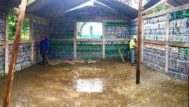 Guatemaltecos construyen una casa con ladrillos ecológicos en Alta Verapaz