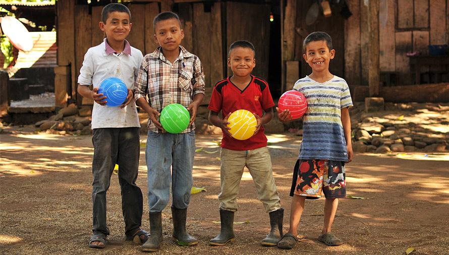 Llevarán regalos de Navidad a los niños de la carretera hacia Tecpán, 2017