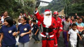 Bombero disfrazado de Santa Claus pide ayuda para recolectar juguetes
