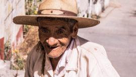 Conoce a don Manuel, vendedor de caña de azúcar en Huehuetenango