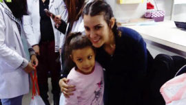 Gaby Moreno visitó a los niños de la pediatría del Hospital Roosevelt