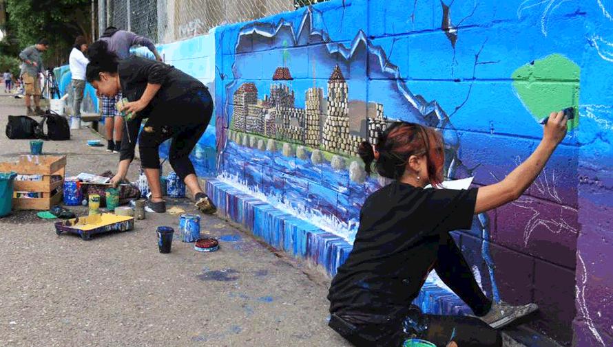 Guatemaltecos pintaron coloridos murales en el puente de Río Dulce