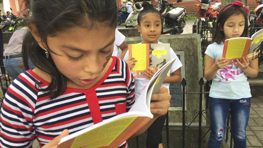 Leyeron literatura de Miguel Ángel Asturias en el Parque Central de Ciudad Vieja