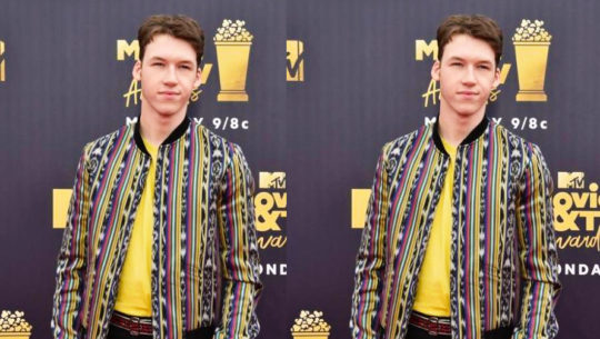 Devin Druid, actor de 13 Reasons Why lució una chaqueta con textil guatemalteco