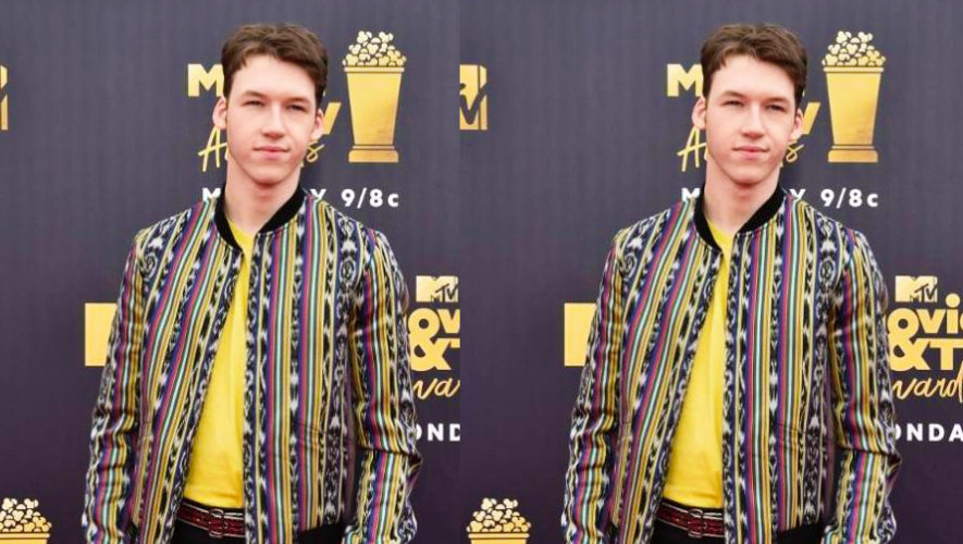 Devin Druid, actor de 13 Reasons Why lució una chaqueta con textil guatemalteco