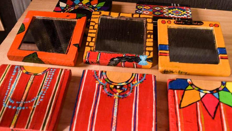 Xul elabora espejos artesanales inspirados en la cultura for Espejos artesanales