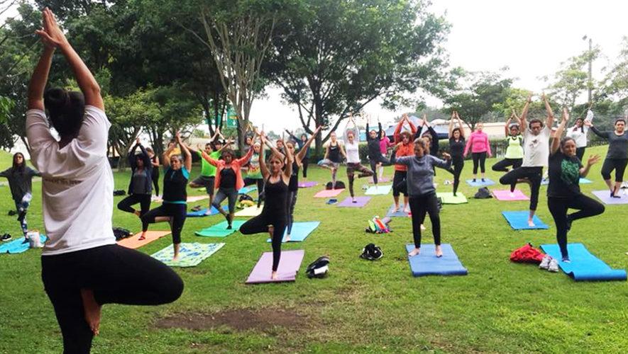 Clase de yoga al aire libre en la Ciudad de Guatemala | Julio 2018