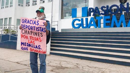 Don Felipe Flores realizó un cartel para felicitar a los deportistas guatemaltecos
