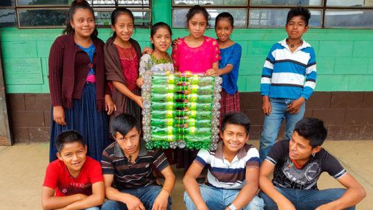 Estudiantes de Alta Verapaz crearon basureros ecológicos con material reciclado