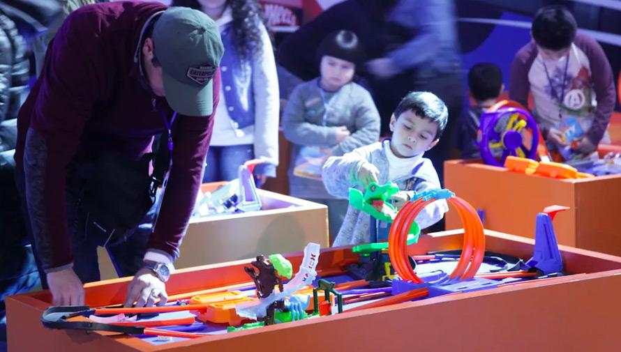 Celebración del Día del Niño con pista gigante y Hot Wheels