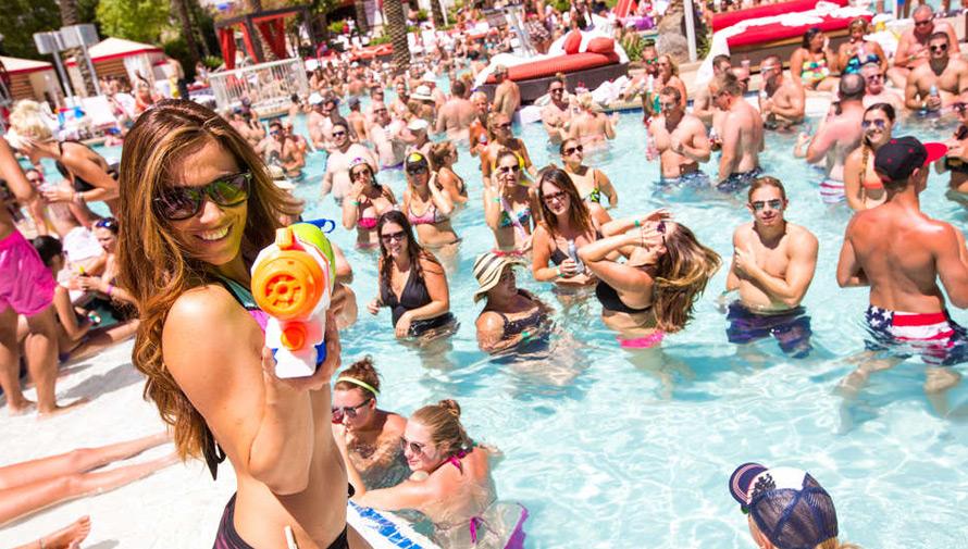 Fiesta de independencia en la piscina de Mi Paraíso Monterrico Hotel y Resort