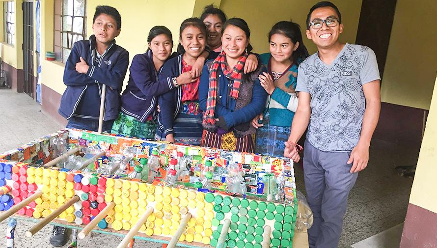 Estudiantes de Sacatepéquez crearon una mesa de futillo con materiales reciclados