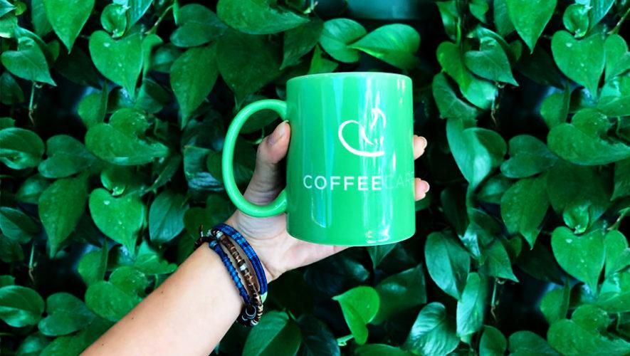 Originarias de Huehuetenango tejen a mano pulseras para apoyar la industria del café
