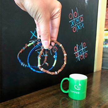 Pulseras hechas por mujeres recolectoras de café