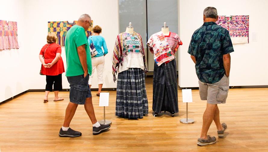 Trajes regionales de Guatemala son expuestos en Schweinfurth Art Center, Estados Unidos
