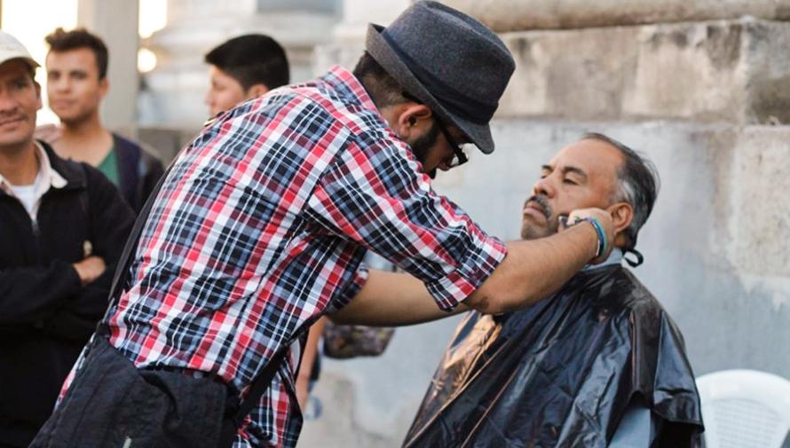 Guatemaltecos visten y alimentan a personas en situación de calle, Street Store Guatemala 2018