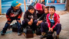 Recaudarán útiles escolares para niños lustradores en la Ciudad de Guatemala