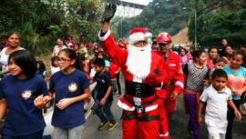 Bombero disfrazado de Santa Claus pide ayuda para recolectar juguetes, diciembre 2018