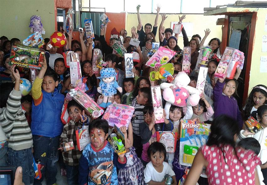 Sesión de fotos navideñas a cambio de juguetes en la USAC