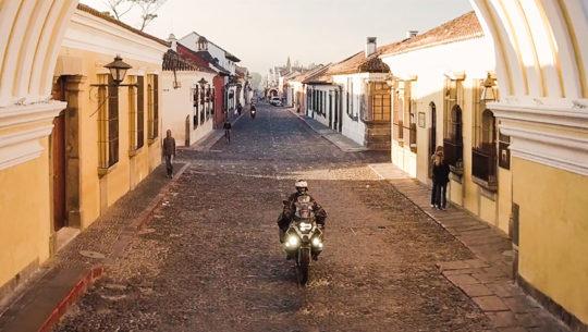 Tim Burke viaja por el mundo en motocicleta y recorrió Guatemala