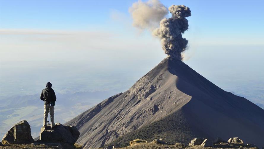 Diario El País destaca fotografías de volcanes en erupción en Guatemala