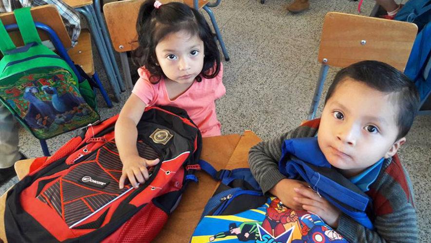 Dona útiles escolares para los niños de escasos recursos de Jutiapa