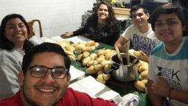 Tu amor en bolsa iniciativa guatemalteca que regala comida a las personas sin hogar
