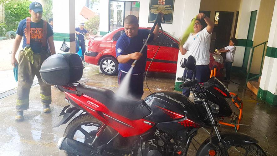 Bomberos Municipales lavan carros y motos para recaudar fondos