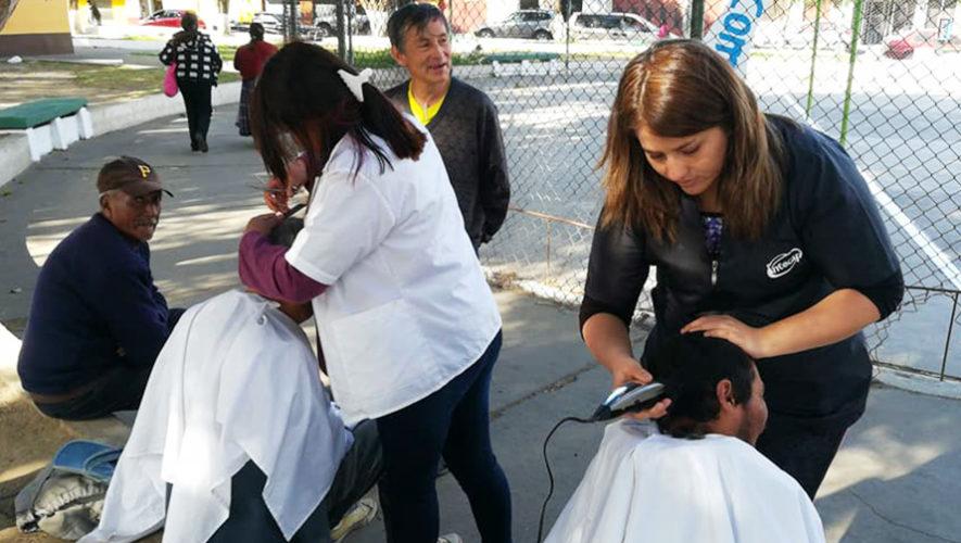 Guatemaltecas cortaron el cabello gratis a personas sin hogar en Quetzaltenango