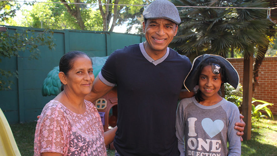 Jon Secada sorprendió a niños de una fundación en la Ciudad de Guatemala