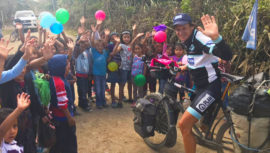 Laurent Simon, recorre Guatemala en bicicleta y dona útiles en escuelas
