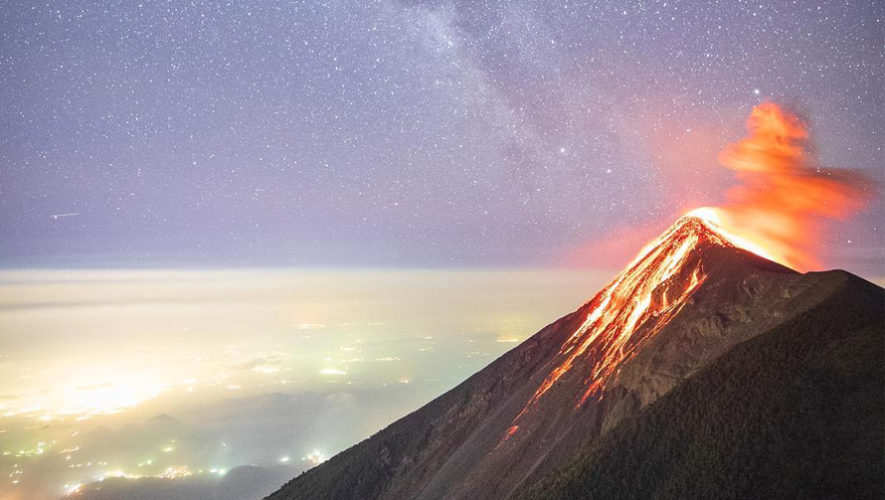 Foto del Volcán de Fuego y la Vía Láctea fue publicada en NatGeo